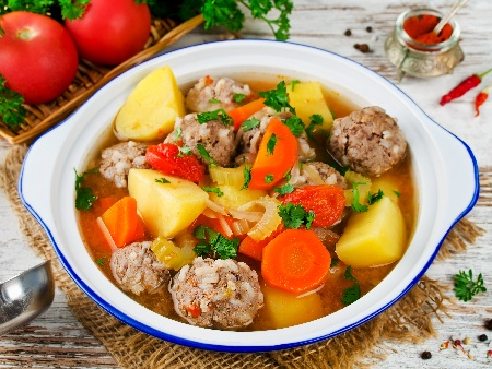 Бистра супа топчета от кайма с картофи и моркови - снимка на рецептата